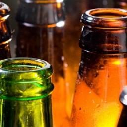 Por qué las botellas de cerveza siempre son marrones o verdes